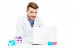 使用便携式计算机的化学家 库存图片