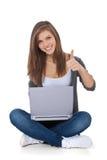 使用便携式计算机的十几岁的女孩 库存图片