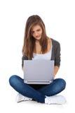 使用便携式计算机的十几岁的女孩 库存照片