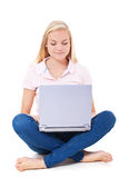 使用便携式计算机的可爱的女孩 免版税图库摄影