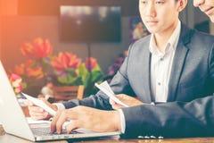 使用便携式计算机的商人对和谈论关于项目起动 免版税库存照片