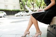 有膝上型计算机的女商人在街道。 免版税库存照片