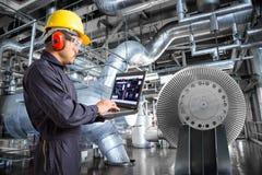使用便携式计算机的工程师在热电厂工厂 免版税库存照片