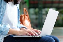 使用便携式计算机,网上教育,成人地方教育局的学生女孩 库存照片