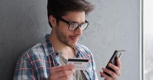 使用信用卡的人网上交易的 影视素材
