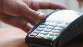 使用信用卡的人 股票视频