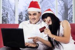 使用信用卡的夫妇在网上支付的 库存图片
