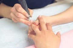 使用修指甲的,机器大师钉子为修指甲做准备 库存照片