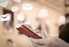 使用做的智能手机的人手工作电子邮件 图库摄影