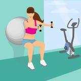 使用健身球,美丽的妇女蹲与哑铃 免版税库存照片