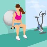 使用健身球,美丽的妇女蹲与哑铃 图库摄影
