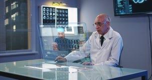 使用全息照相的显示屏的医生 影视素材