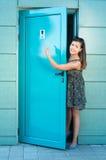 使用公共厕所的女孩指向标志 免版税库存图片