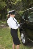 使用关键flob的专业司机打开车门 免版税库存照片