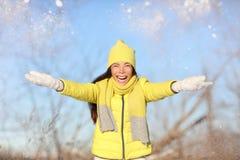 使用冬天乐趣女孩投掷的雪外面 库存图片