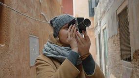 使用减速火箭的摄象机的女性游人室外 股票录像