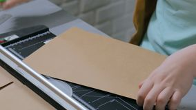 使用切纸机,断头台的妇女 股票录像