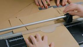 使用切纸机,断头台的妇女 股票视频