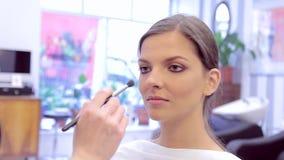 使用刷子和粉末的化妆师对模型的构成在演播室 影视素材