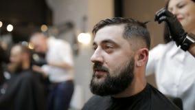 使用剪刀和梳子的理发师 股票视频