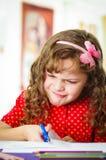 使用剪刀的甜小女孩 免版税库存照片