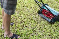 使用割草机的人 免版税库存图片
