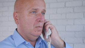 使用办公室输送路线,商人打一个电话 库存照片