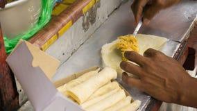 使用匙子服务器买家和出售照片的未加工的lumpia卖主被拍在印度尼西亚三宝垄 免版税库存照片