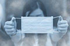 使用医疗面具防止烟尘土或大气污染 库存图片