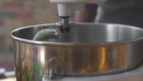 使用厨房搅拌器的厨师为准备面团 混合的面团的接近的厨房机器在面包店 ?? 股票录像