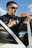 使用双向收音机的警察 免版税图库摄影