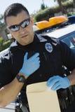 使用双向收音机的警察 免版税库存图片