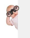使用双眼掩藏在横幅后的孩子 免版税库存图片