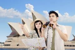 使用双筒望远镜的亚洲夫妇在悉尼,澳大利亚 免版税库存图片