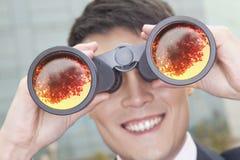 使用双筒望远镜,关闭商人,反射 免版税库存照片