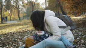使用反对被弄脏的秋叶背景的愉快的家庭 影视素材