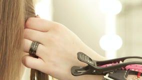 使用发夹的美发师为固定的头发在女性haircutting期间在理发沙龙 关闭美发师定象 股票视频