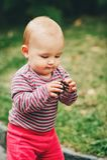 使用可爱的女婴外面 图库摄影