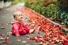 使用可爱的女婴外面 免版税库存照片