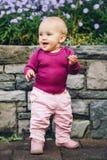 使用可爱的女婴外面 免版税库存图片
