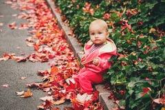 使用可爱的女婴外面 免版税图库摄影