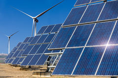 使用可更新的太阳能的能源厂与太阳和风turbi 库存图片