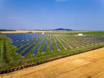 使用可更新的太阳能的能源厂与太阳 免版税库存图片