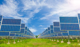 使用可更新的太阳能的能源厂与蓝天 图库摄影