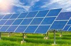 使用可更新的太阳能的能源厂与蓝天 免版税库存照片