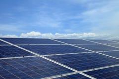 使用可更新的太阳能的能源厂在蓝天云彩与 库存照片