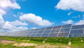使用可更新的太阳能的能源厂 免版税库存图片
