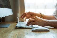 使用台式计算机计算机,移动式办公室的人 免版税图库摄影