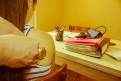 使用听诊器的普通开业医生听一年轻耐心` s 图库摄影