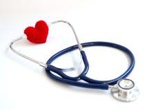 使用听诊器的红色心脏在白色背景隔绝了背景 爱和有同情心的患者的概念由心脏 复制 库存图片